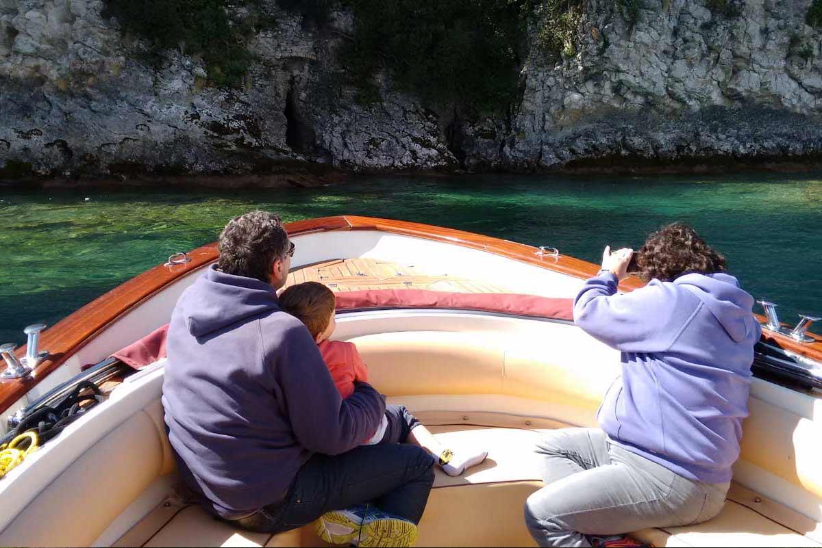 Famiglia in barca davanti alle grotte
