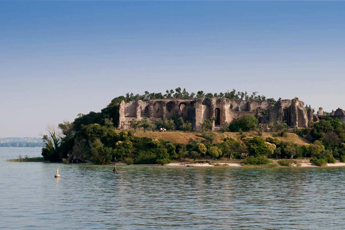 Grotte di Catullo di  Sirmione viste dal lago