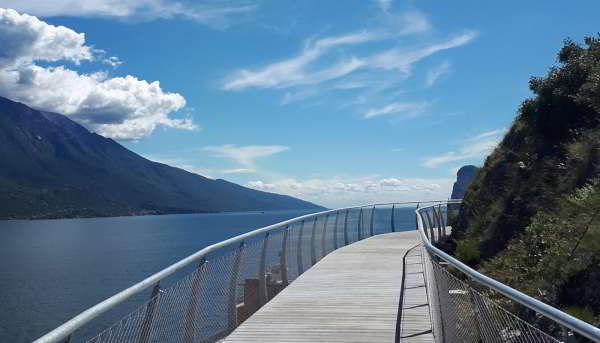 Scopriamo Garda by Bike la pista ciclabile sospesa sul Lago di Garda