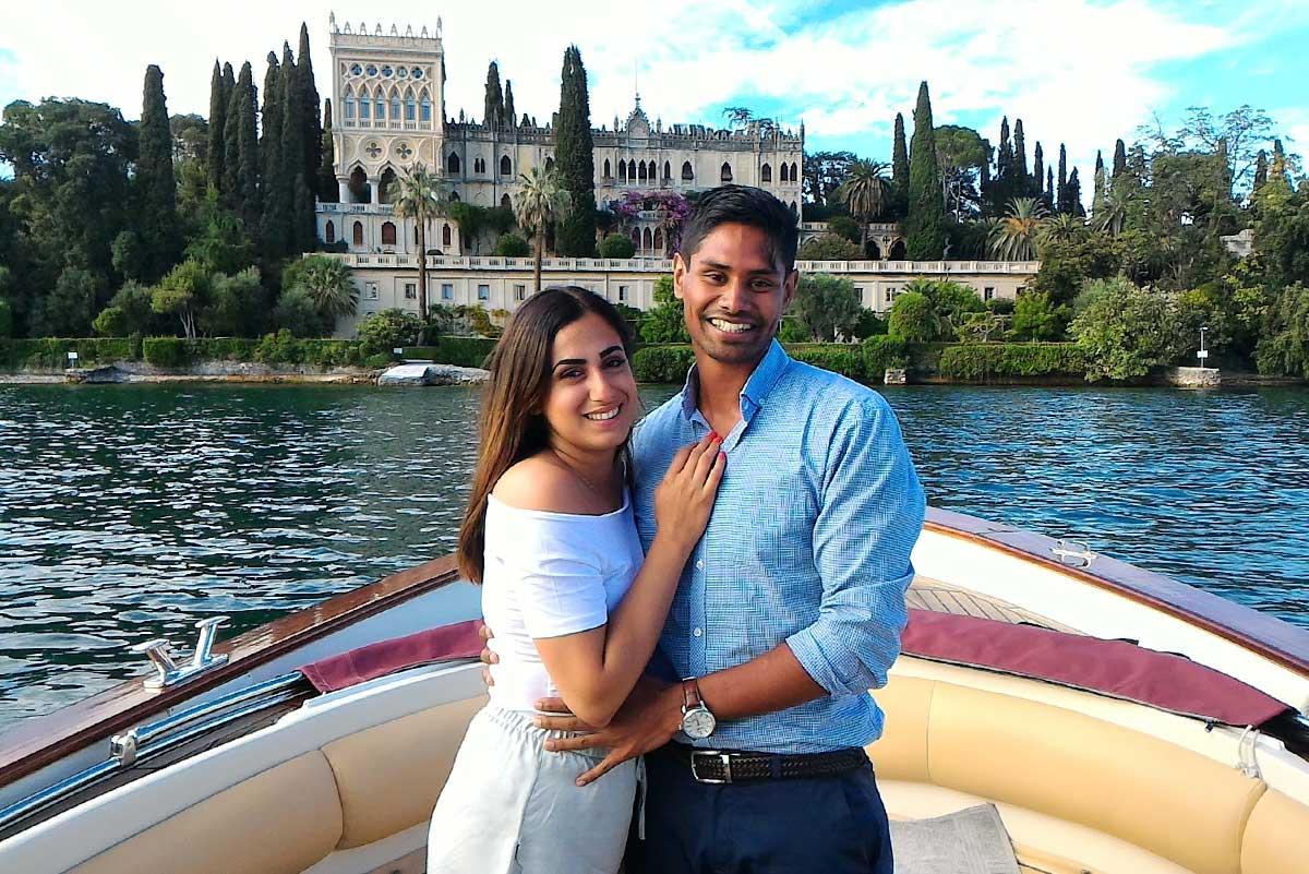 Una coppia di fronte all'isola di Garda
