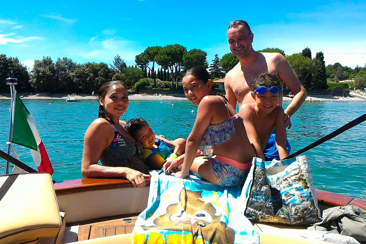 Gita in barca e sosta per nuotare in un bel posto