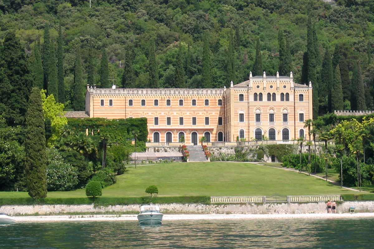 Sosta bagno davanti a Villa Canossa Garda